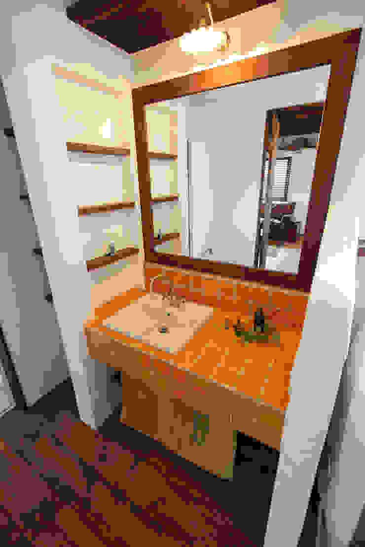 Baños de estilo rústico de アンティークな新築住宅 ラフェルム Rústico