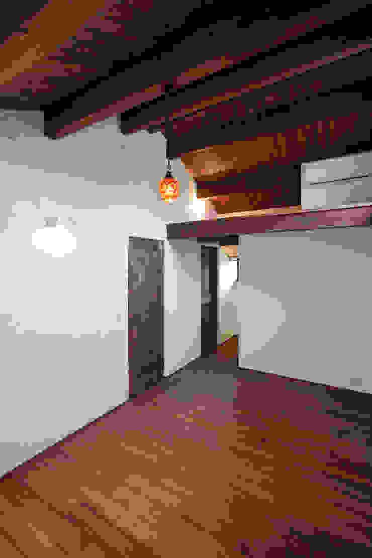 Casas de estilo rústico de アンティークな新築住宅 ラフェルム Rústico