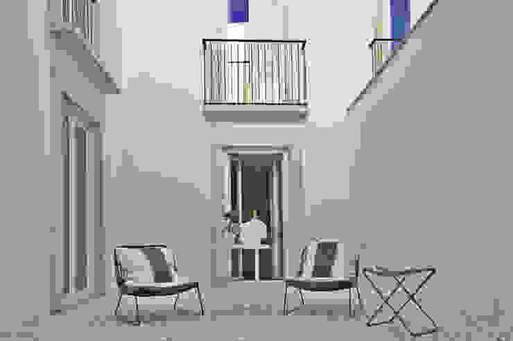 Edifício Combro 77: Varanda, marquise e terraço  por Pureza Magalhães, Arquitectura e Design de Interiores