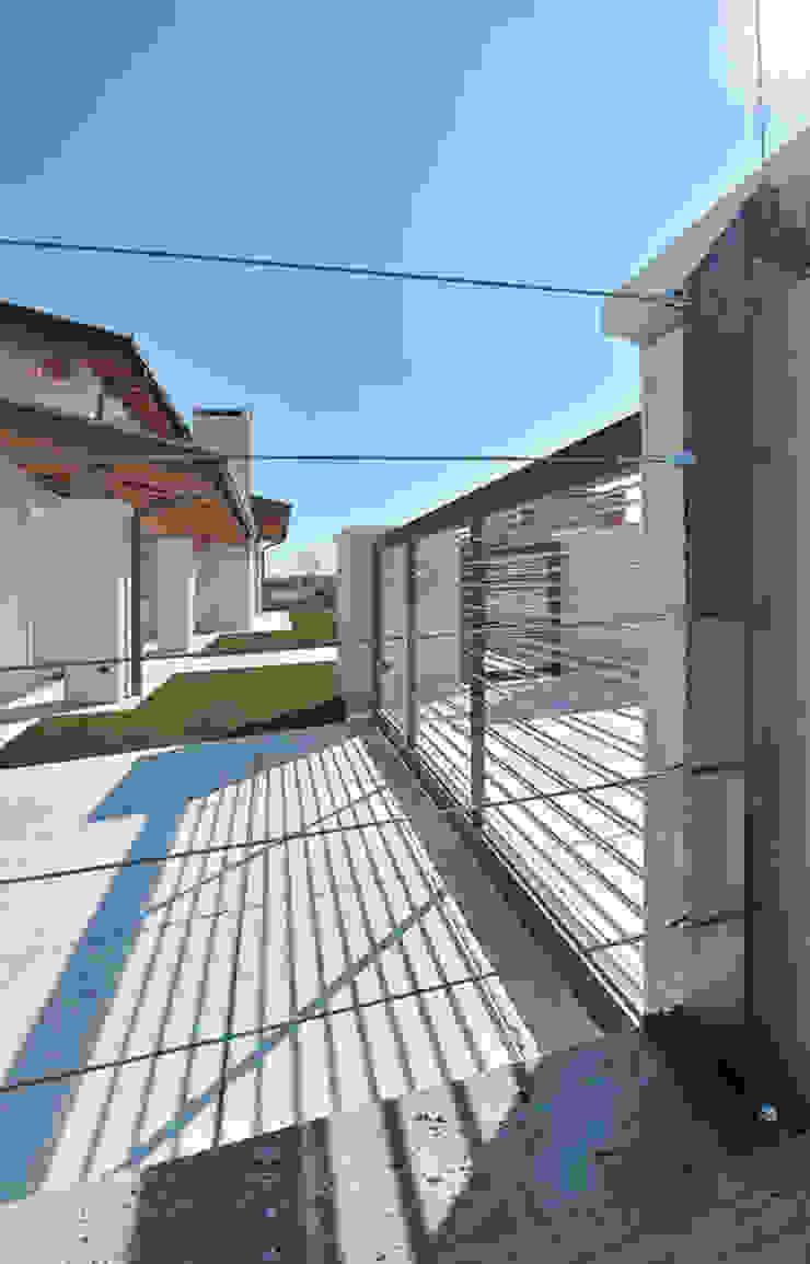 cancello carraio e recinzione Case classiche di Architetti Baggio Classico