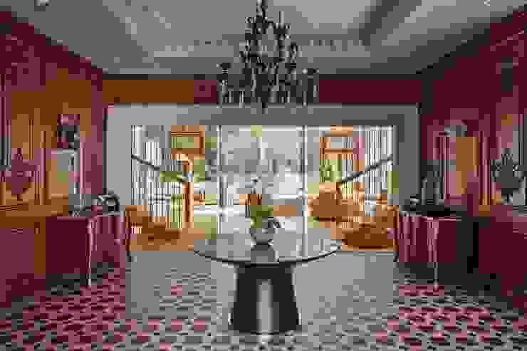 Pasillos y hall de entrada de estilo  por Бахарев и Партнеры