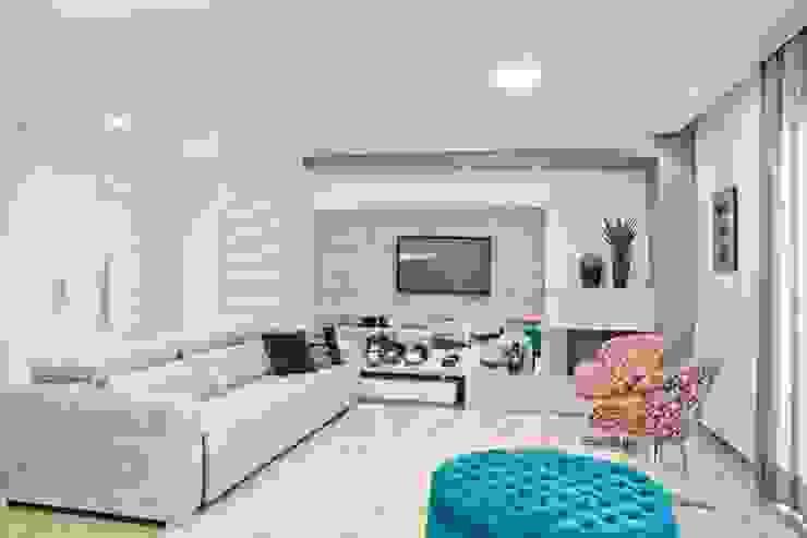 现代客厅設計點子、靈感 & 圖片 根據 Tumelero Arquitetas Associadas 現代風
