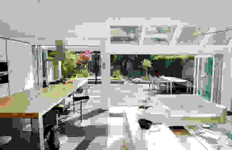 Binnen wordt buiten Moderne huizen van OX architecten Modern Aluminium / Zink
