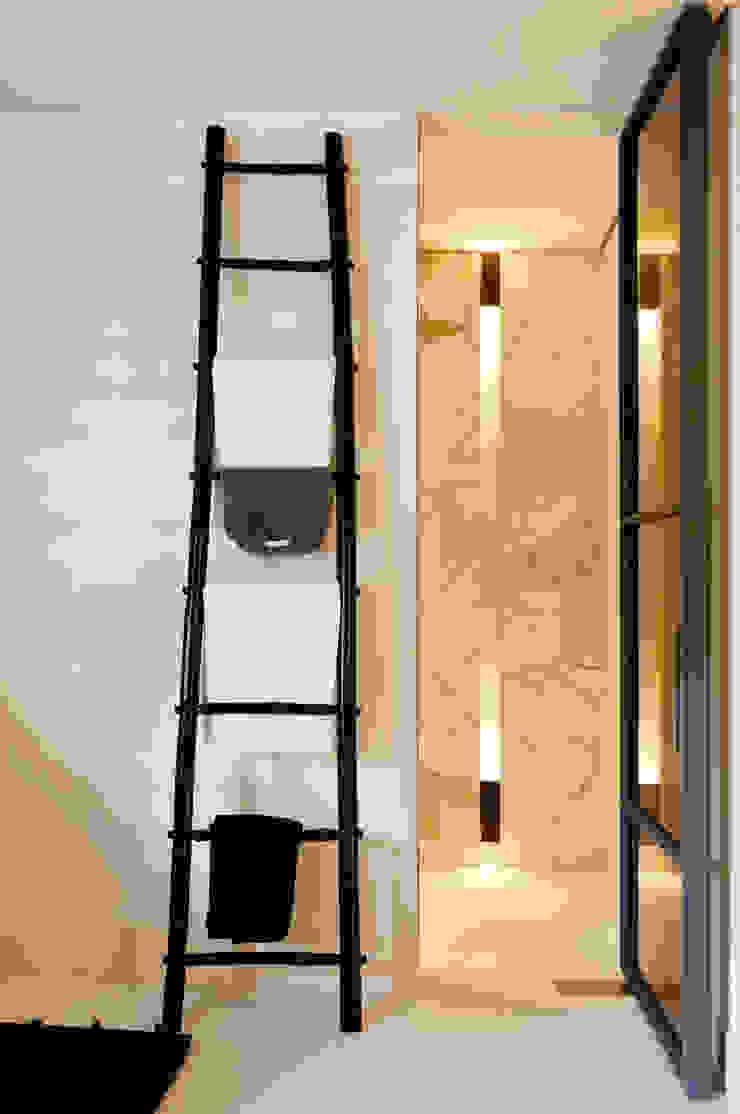 Grand & Johnson Modern bathroom