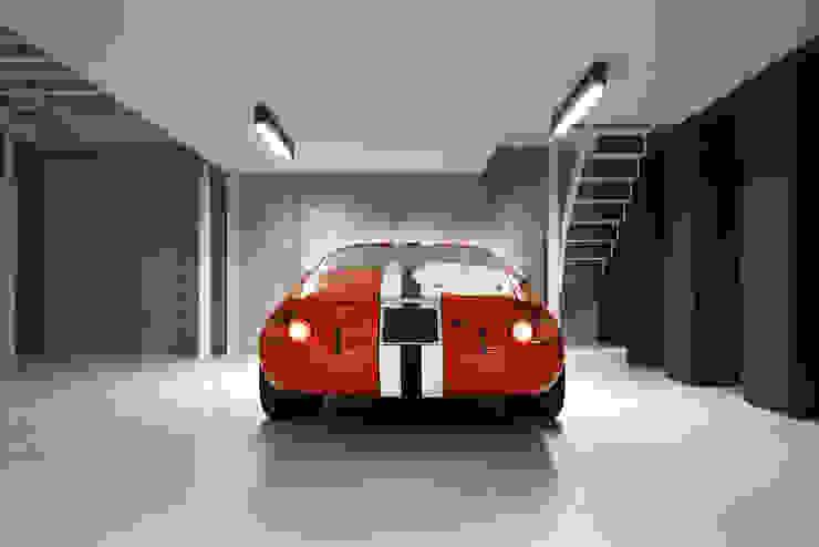 Grand & Johnson Modern garage/shed