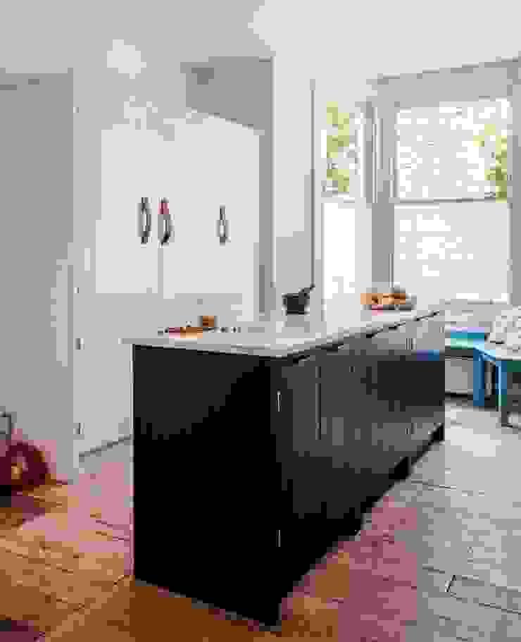W12 Kitchen by British Standard British Standard by Plain English Кухня Дерево Синій