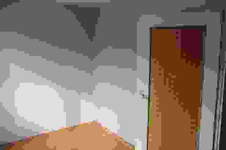 GABINET Z KANAPĄ DLA GOŚCI PRZED REMONTEM Klasyczne domowe biuro i gabinet od 3D STUDIO Klasyczny