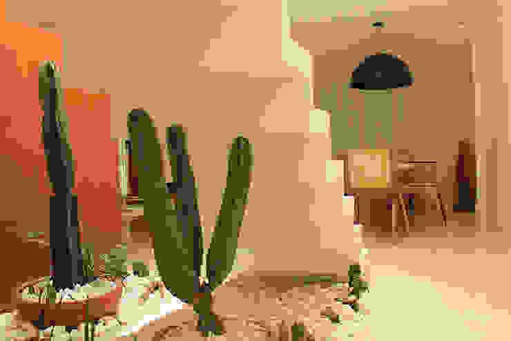 Couloir, entrée, escaliers modernes par Julia Queima Arquitetura Moderne