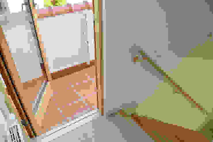 Балкон в скандинавском стиле от 株式会社 ヨゴホームズ Скандинавский