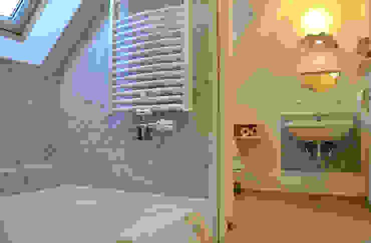 Ванная комната в скандинавском стиле от 株式会社 ヨゴホームズ Скандинавский