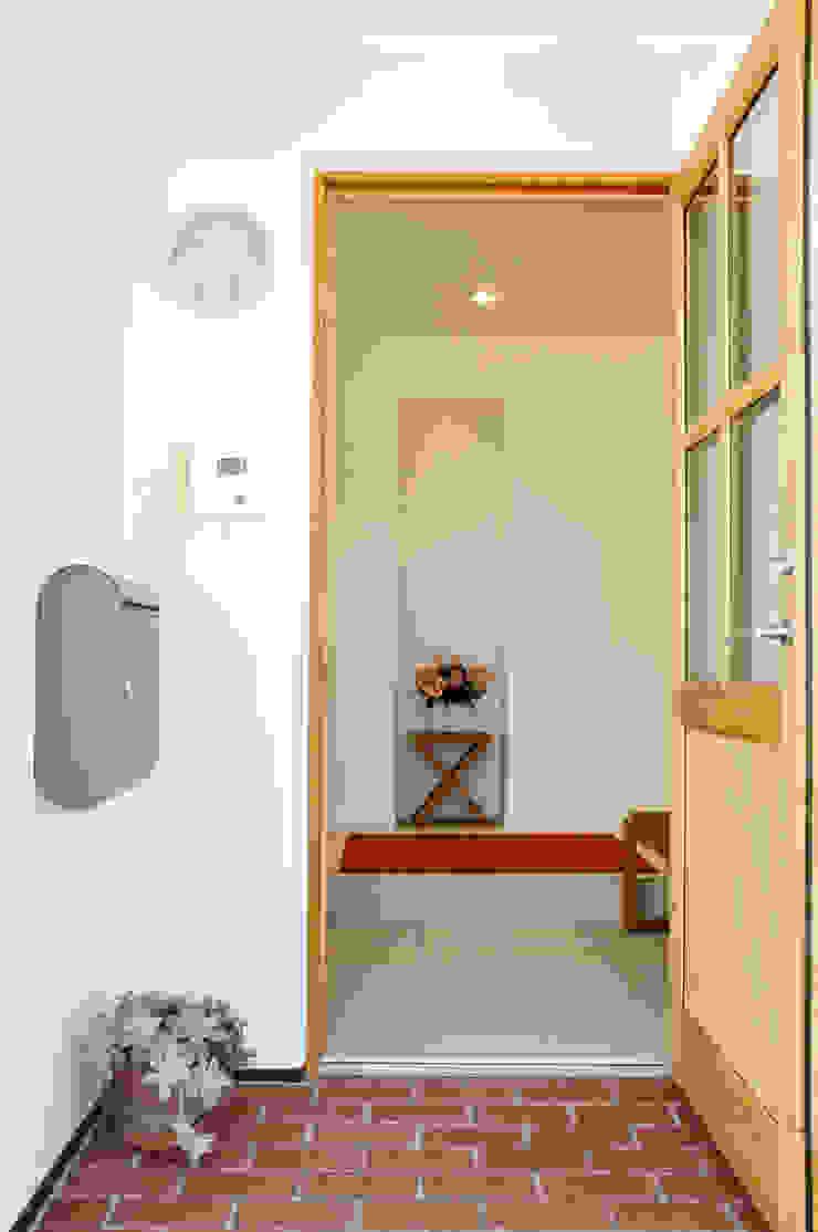 株式会社 ヨゴホームズ 斯堪的納維亞風格的走廊,走廊和樓梯