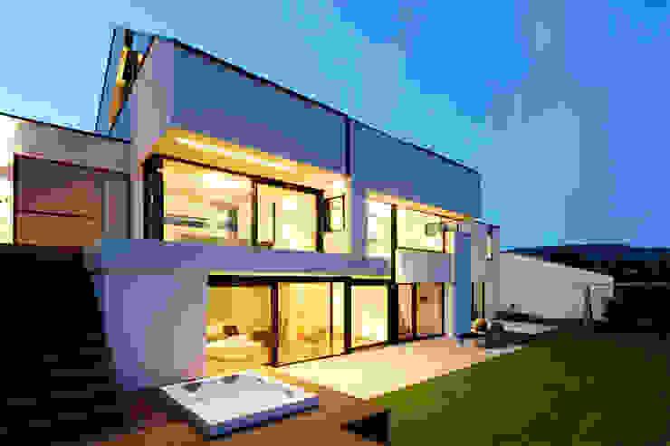 Moderne balkons, veranda's en terrassen van LEE+MIR Modern
