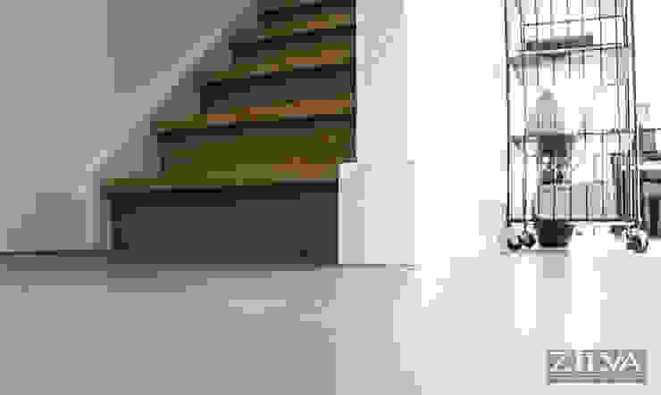 Woonbeton | Wooden stairs Industriële gangen, hallen & trappenhuizen van Zilva Vloeren Industrieel Beton