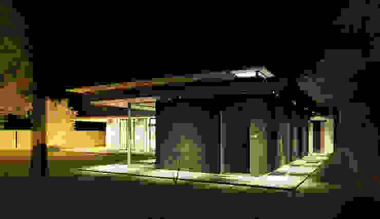Buitenzwembad in de late avond met sfeerverlichting Moderne zwembaden van ArchitectenGilde Modern Hout Hout