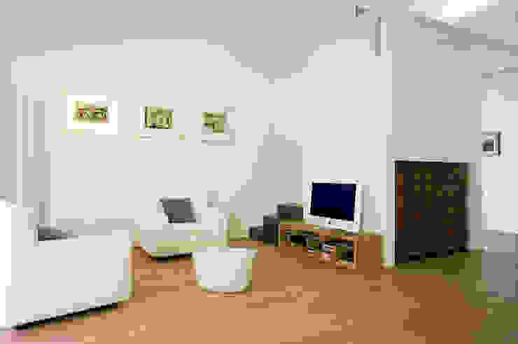 Casa IB Soggiorno moderno di MYOSTUDIO Moderno Legno Effetto legno