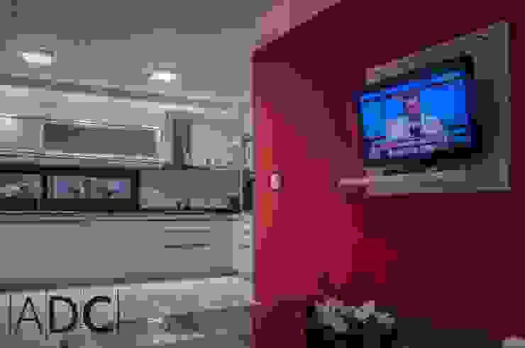 Mueble de TV anexo a cocina de DIAZ GUERRA ESTUDIO Moderno