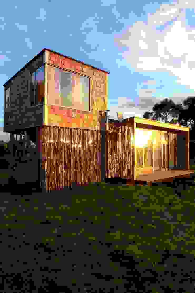 Frente y pieza elevada Casas modernas de PhilippeGameArquitectos Moderno Madera Acabado en madera