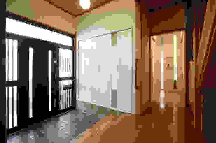 現代風玄關、走廊與階梯 根據 nano Architects 現代風