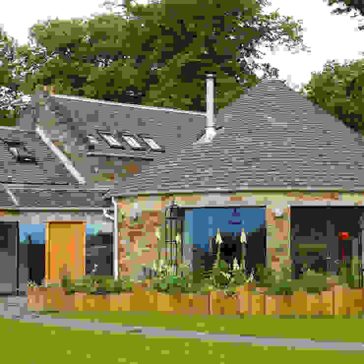 Converted mill entrance Casas estilo moderno: ideas, arquitectura e imágenes de Fife Architects Moderno