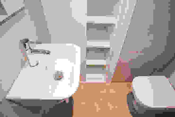 Cuarto de baño Baños de estilo mediterráneo de Grupo Inventia Mediterráneo Azulejos