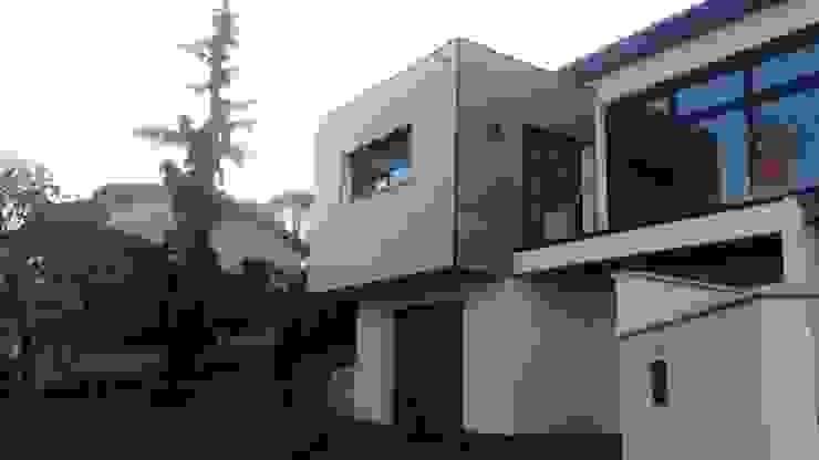 Maison contemporaine atypique en bois et acier Maisons originales par Concept Creation Éclectique Bois Effet bois