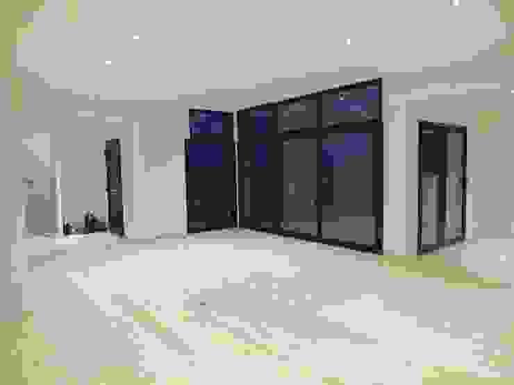 Salon avec parquet en bois d'une moison contemporaine atypique en bois et acier Salon moderne par Concept Creation Moderne Bois Effet bois