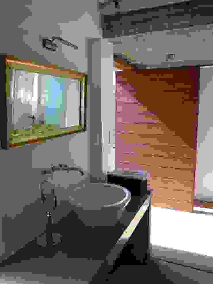 Baños de estilo rústico de juan olea arquitecto Rústico