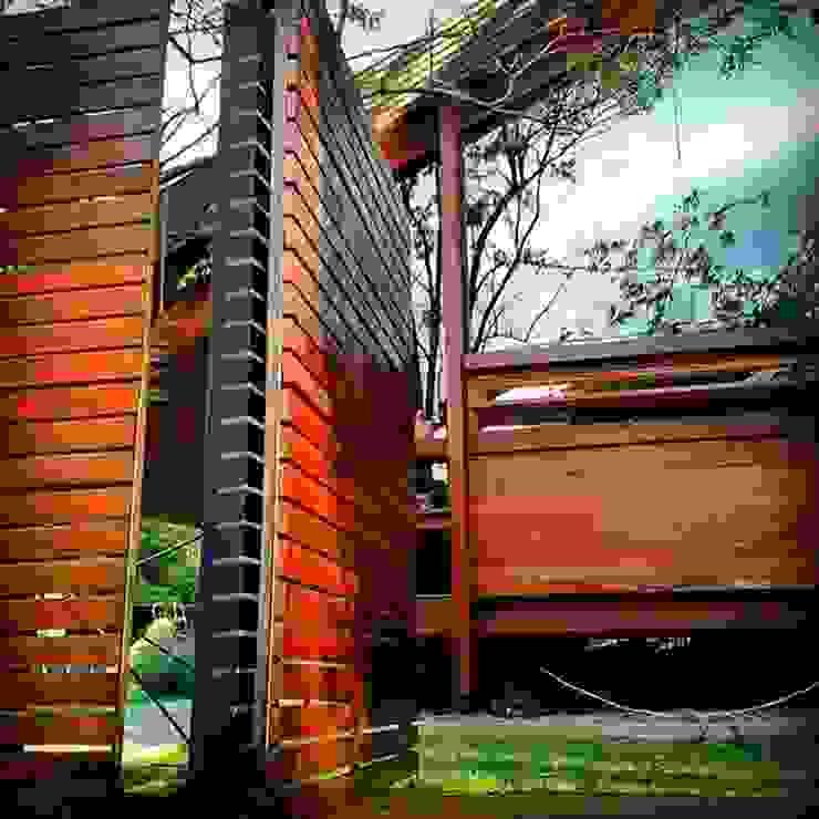 Casa de madera en VILLA ELISA – La Plata Balcones y terrazas rústicos de juan olea arquitecto Rústico