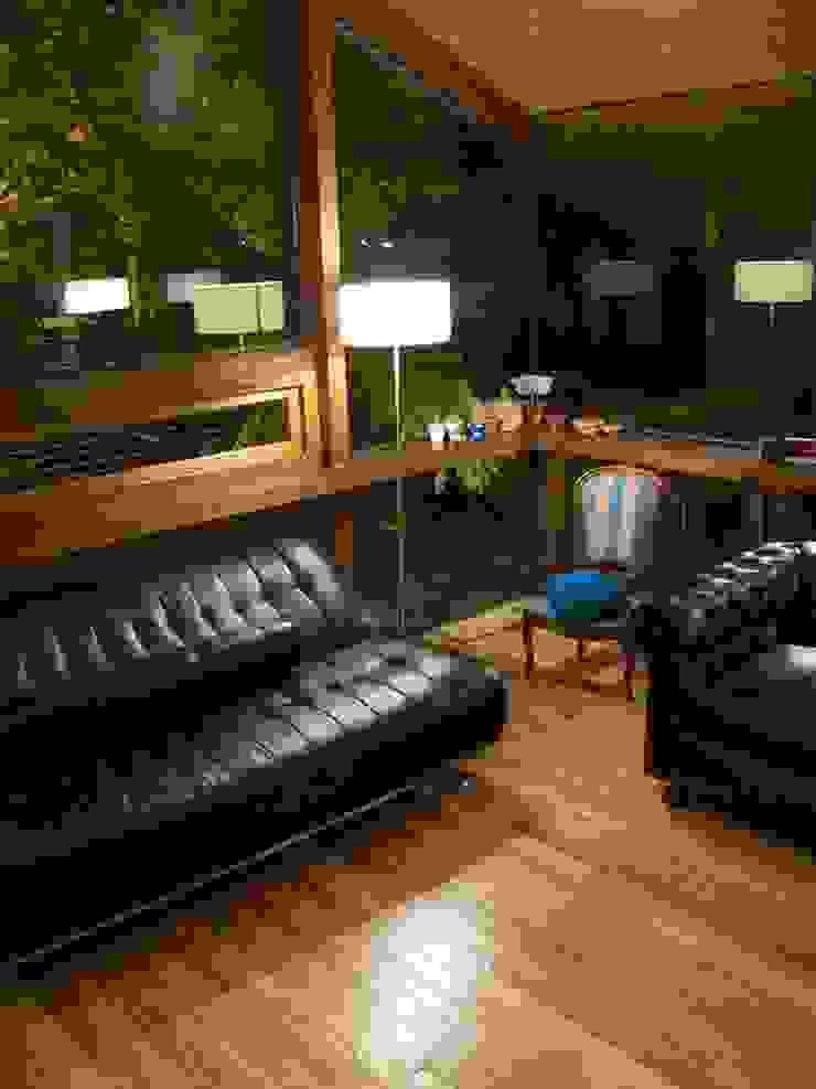 Casa de madera en VILLA ELISA – La Plata Salones rústicos rústicos de juan olea arquitecto Rústico