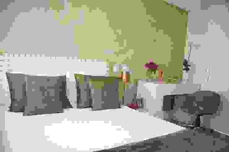 Camera da letto moderna di Liliana Zenaro Interiores Moderno