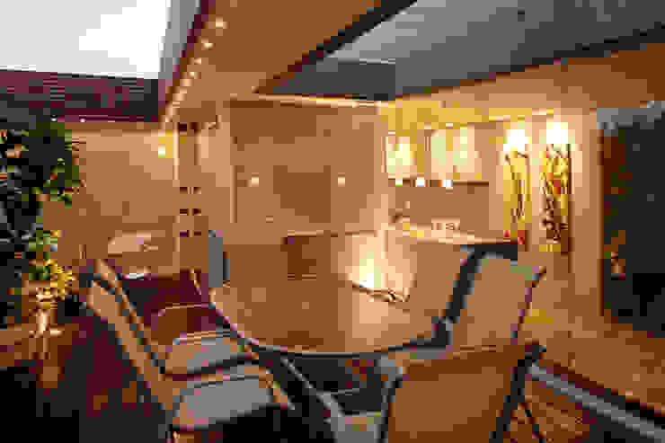 Pent House 505 Balcones y terrazas modernos: Ideas, imágenes y decoración de Arq Renny Molina Moderno