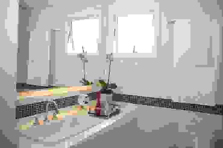 Modern bathroom by Liliana Zenaro Interiores Modern Marble