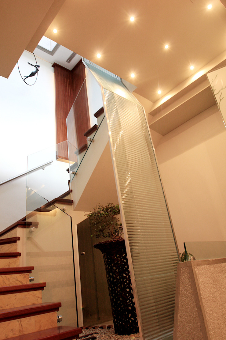 Modern corridor, hallway & stairs by Arq Renny Molina Modern