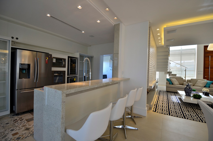 Modern kitchen by Biazus Arquitetura e Design Modern