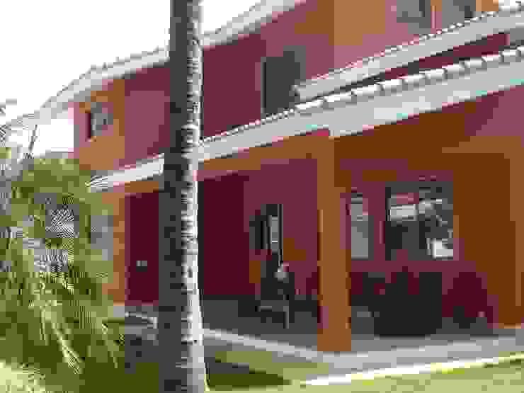 Tropical style balcony, veranda & terrace by GEA Arquitetura Tropical