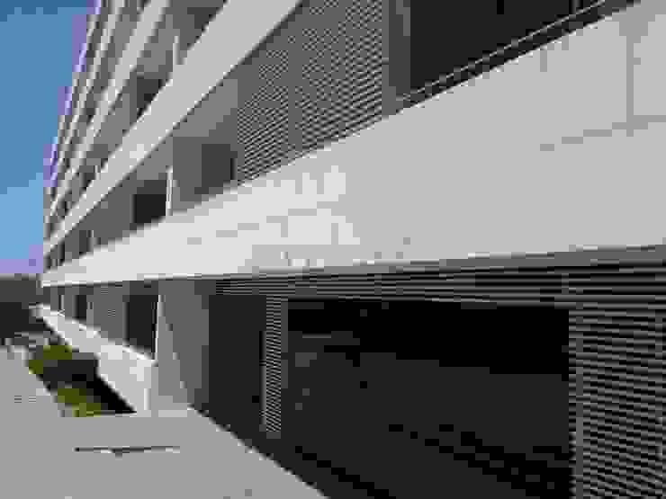 Pedra Mono K, Estilhados Paredes e pisos modernos por Amop Moderno