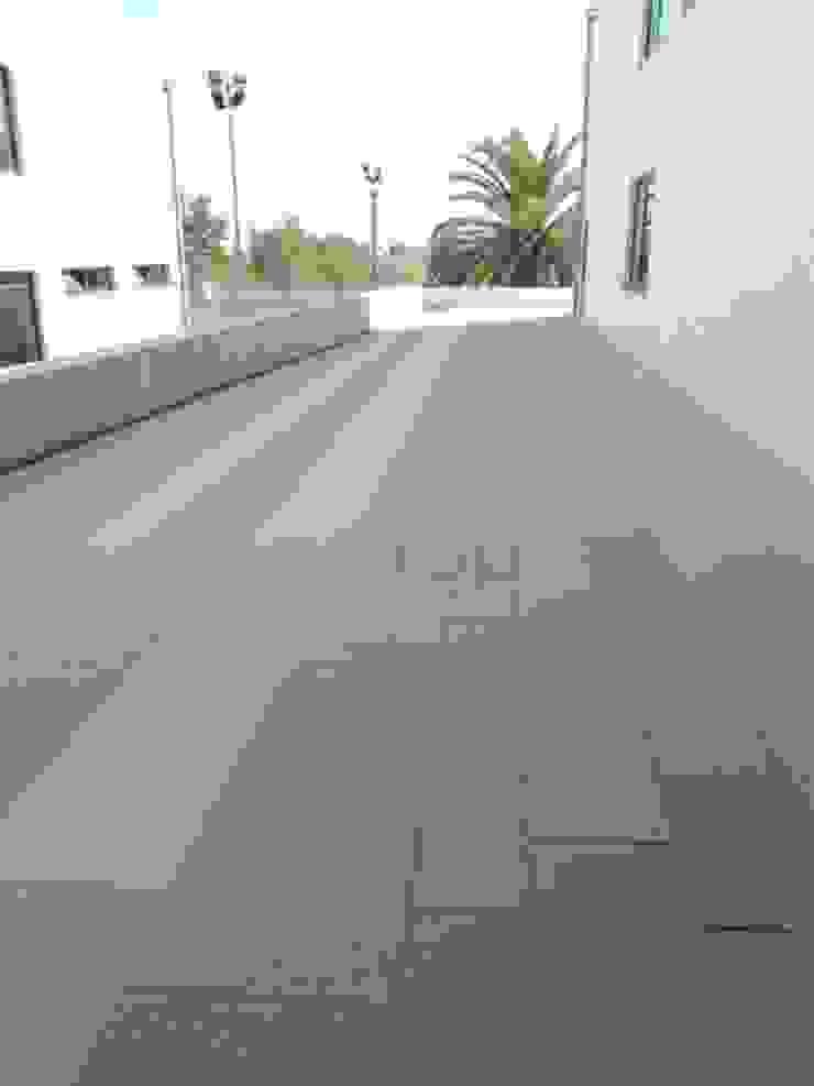 Pedra Mono K, Granalhadus Paredes e pisos modernos por Amop Moderno
