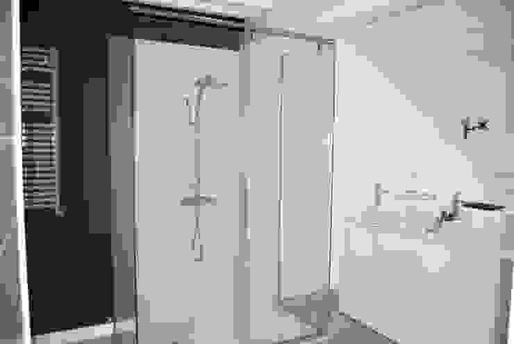 Banheiros modernos por EKIDAZU Moderno