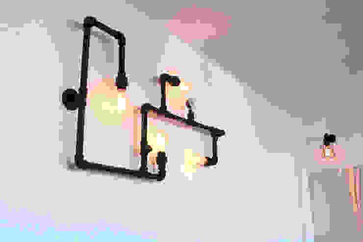 Lámpara decorativa industrial de pared. Balcones y terrazas de estilo industrial de D.I. Pilar Román Industrial