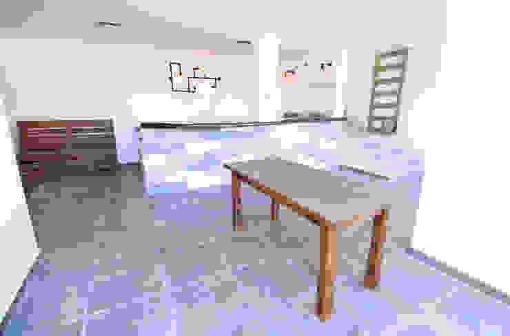 Area social en espacio semi abierto. Balcones y terrazas de estilo industrial de D.I. Pilar Román Industrial