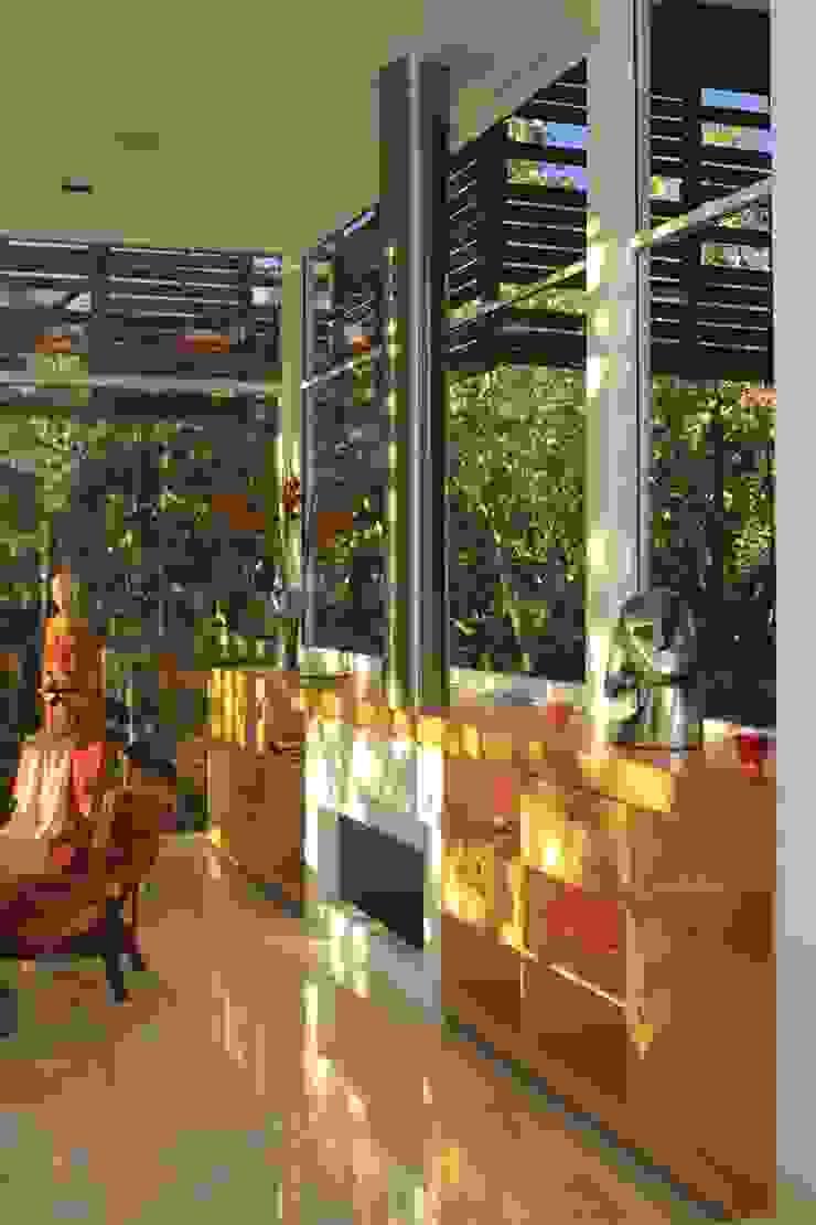 ミニマルデザインの リビング の Echauri Morales Arquitectos ミニマル 木 木目調