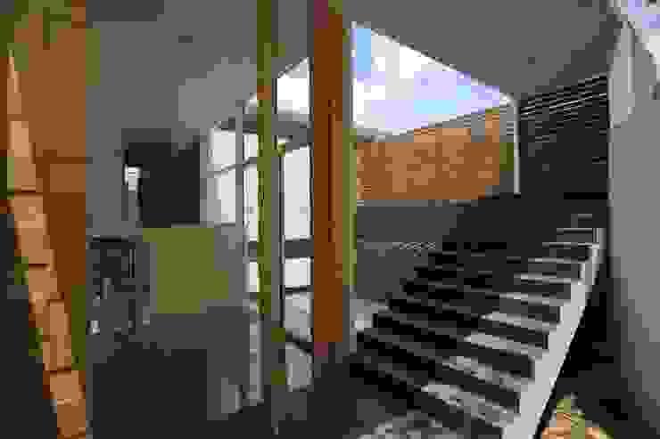 Escaleras y alberca interior Piscinas de estilo minimalista de Echauri Morales Arquitectos Minimalista Cerámico