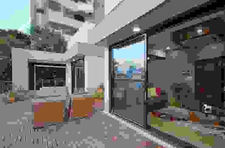 Ahaan Villa—Ahmedabad OPENIDEAS Modern balcony, veranda & terrace