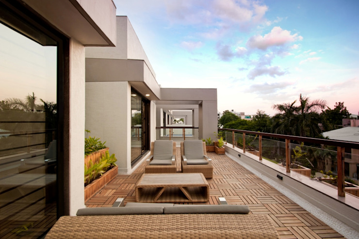 Ahaan Villa - Ahmedabad Modern balcony, veranda & terrace by OPENIDEAS Modern