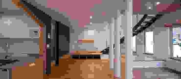 四分円階段が繋ぐ家 富谷洋介建築設計 モダンデザインの リビング