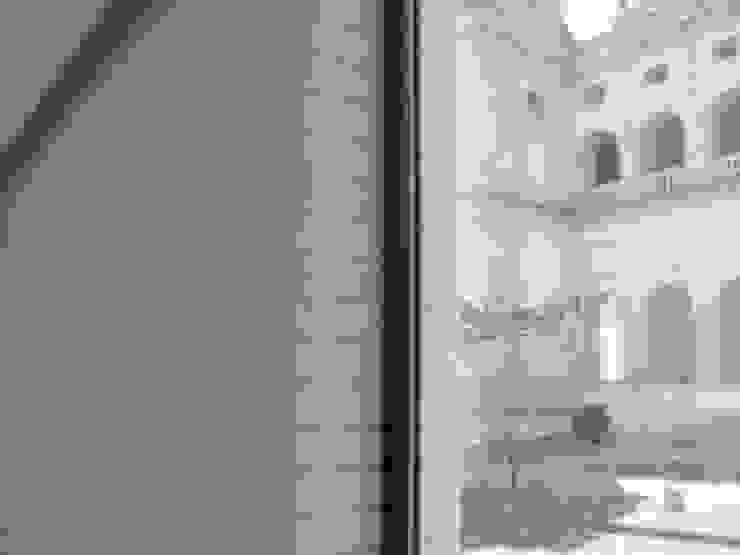 Tira Mono K Paredes e pisos modernos por Amop Moderno