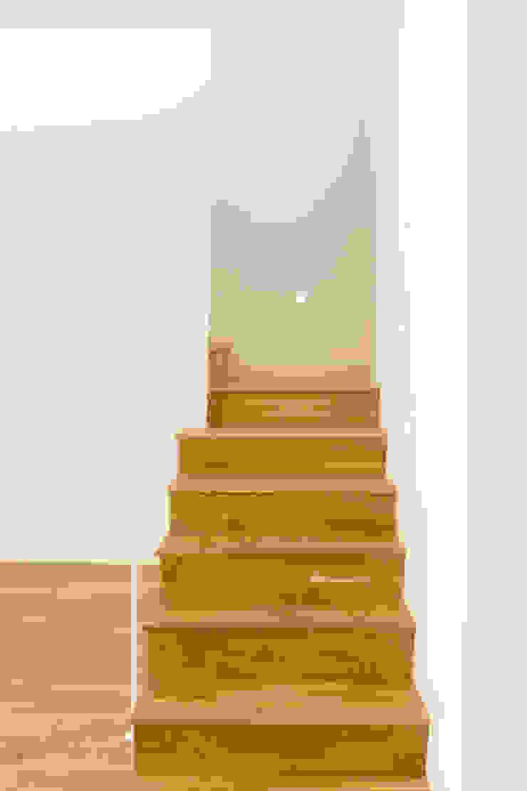 Moderner Flur, Diele & Treppenhaus von acertus Modern