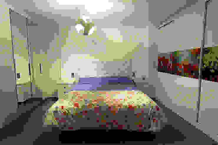Camera da letto moderna di Novodeco Moderno
