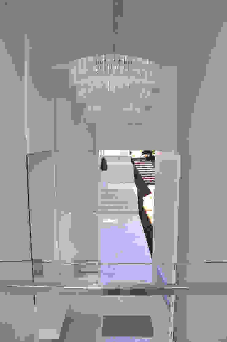 A/ZERO Arquitetura Ingresso, Corridoio & Scale in stile moderno