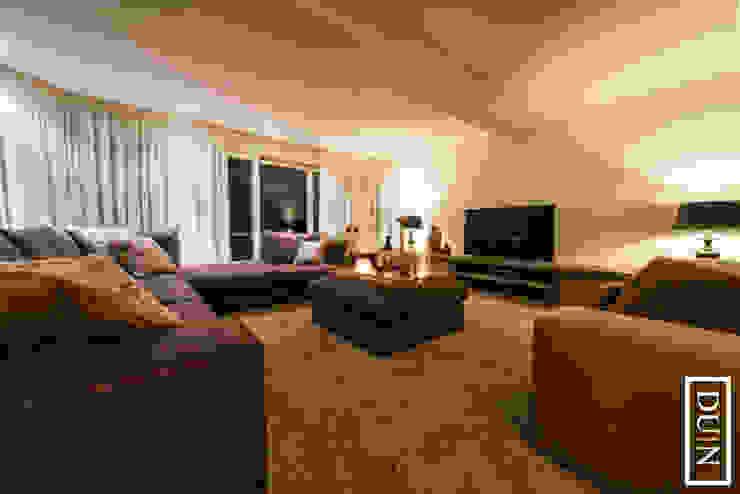 Chique Brown Moderne woonkamers van DUIN INTERIOR Modern Hout Hout